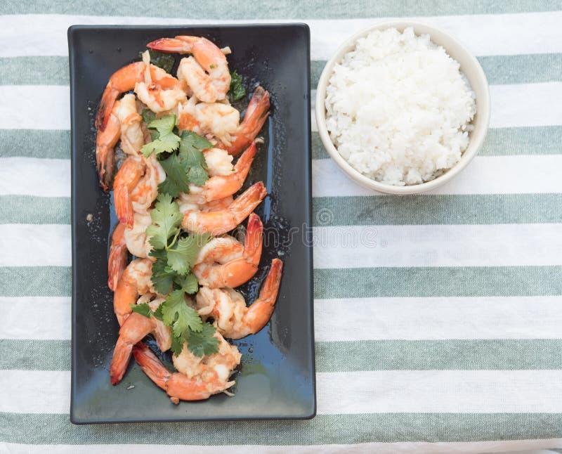 Heerlijk van garnalen die met Thaise gekookte rijst worden gediend stock foto's