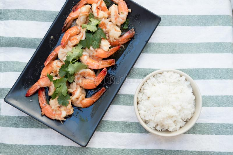Heerlijk van garnalen die met Thaise gekookte rijst worden gediend royalty-vrije stock foto