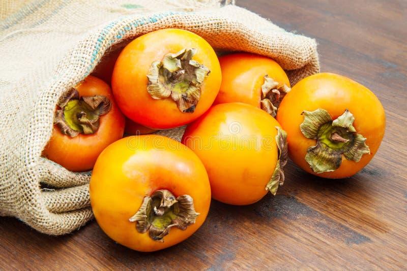 Heerlijk vers dadelpruimfruit op houten lijst stock foto's