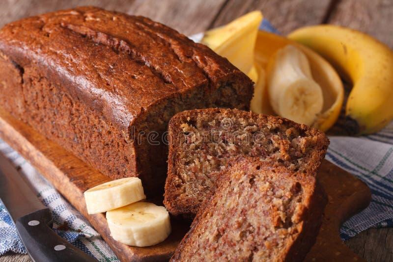 Heerlijk vers gebakken banaanbrood op een lijstclose-up horizo stock fotografie