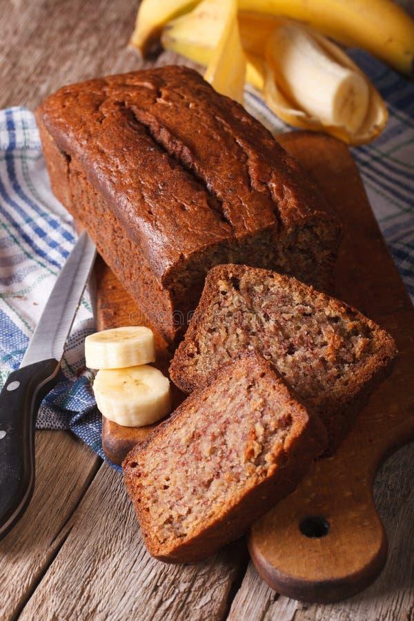 Heerlijk vers gebakken banaanbrood op een lijstclose-up Vertic royalty-vrije stock foto