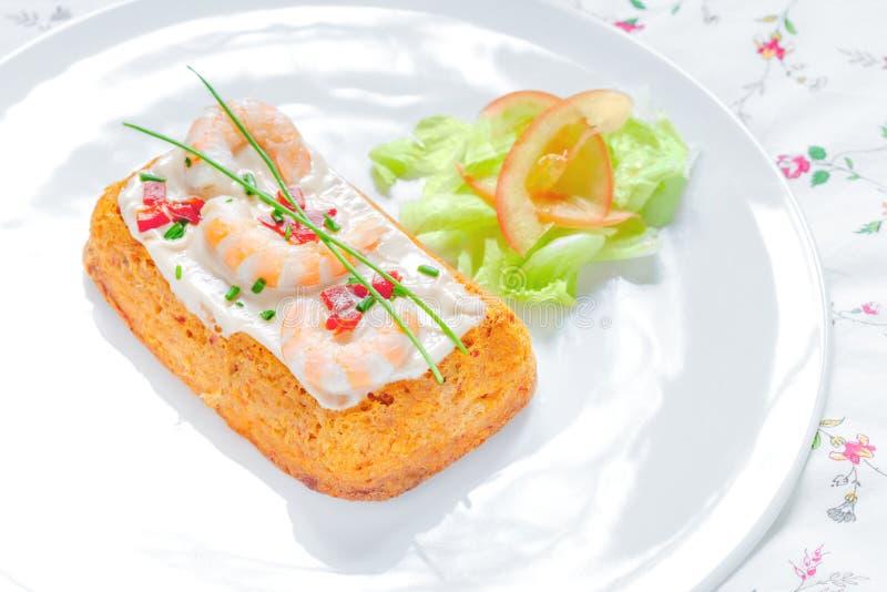Heerlijk Viscroquetje Stokvissencake met tomaat, garnalen, bieslook en saladeroom stock fotografie