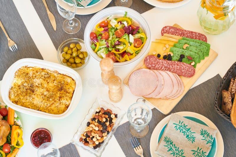 Heerlijk Voedsel op Dinerlijst royalty-vrije stock afbeelding