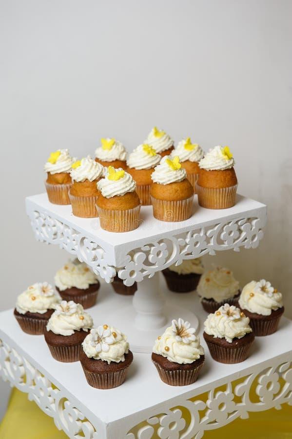 Heerlijk zoet buffet met cupcakes Zoet vakantiebuffet met cupcakes en andere desserts Suikergoedbar royalty-vrije stock afbeelding