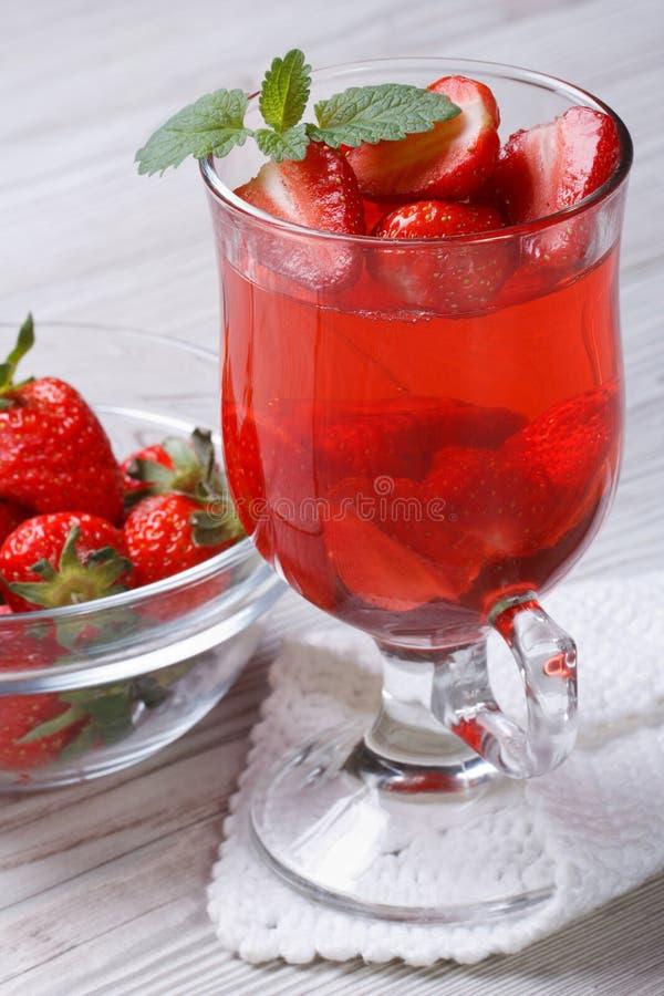 Heerlijke aardbei geurige drank op de lijst royalty-vrije stock foto