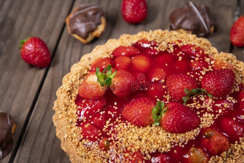Heerlijke aardbeicake op de lijst stock afbeeldingen