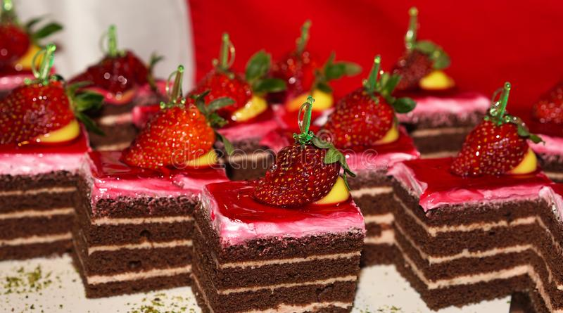 Heerlijke aardbeicakes op een open buffet stock foto