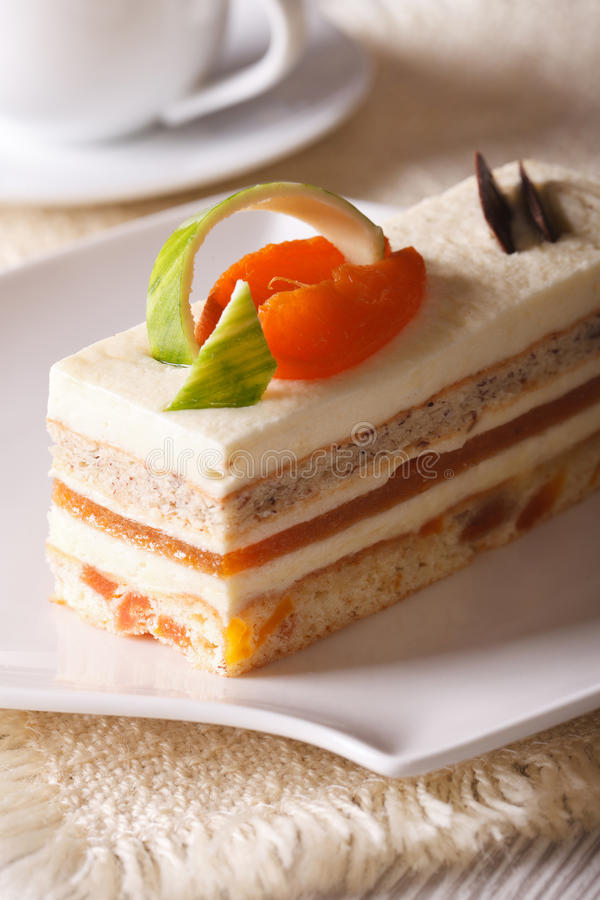 Heerlijke abrikozencake op een verticaal van de plaatclose-up royalty-vrije stock afbeelding