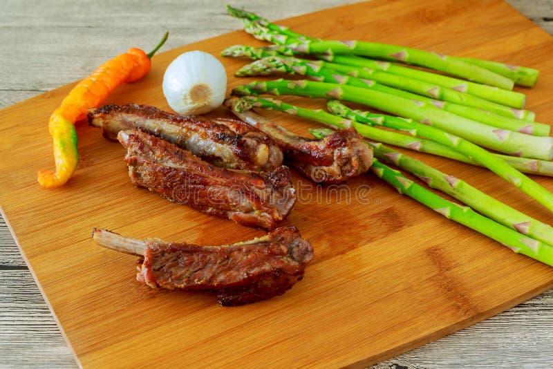 Heerlijke BBQ ribben met geroosterd brood, cole slaw en een pittige BBQ saus stock afbeeldingen