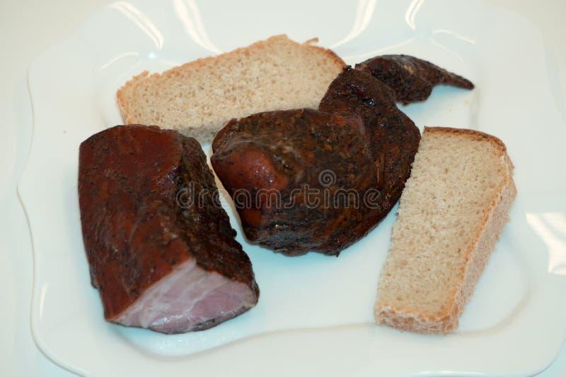 Heerlijke BBQ ribben met geroosterd brood, cole slaw en een pittige BBQ saus stock foto's