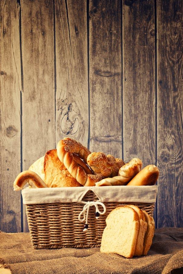 Heerlijke brood en broodjes inwicker mand stock foto's