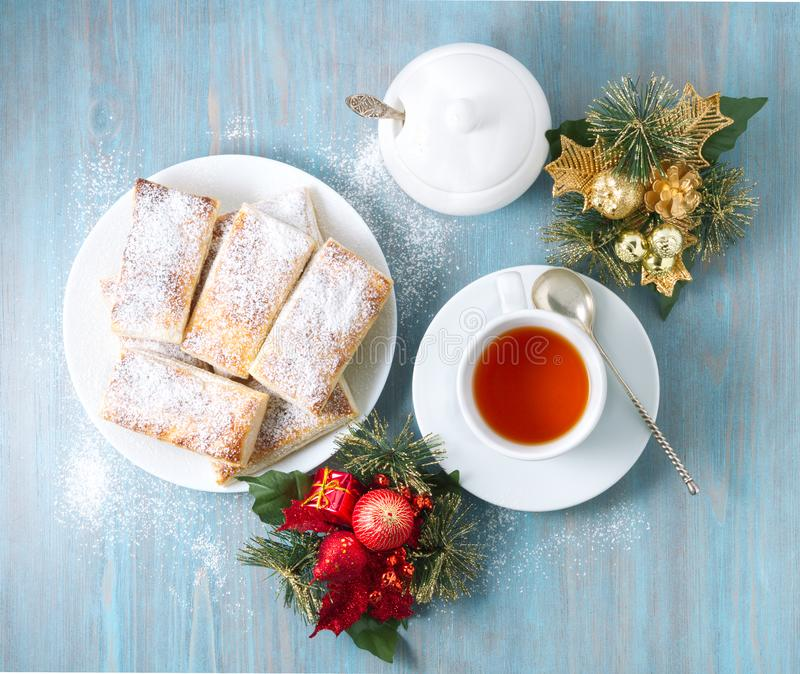 Heerlijke broodjes van weelderig bladerdeeg zonder gist Ontbijt met kop thee en eigengemaakte cakes in ochtend bij Kerstmis stock afbeeldingen