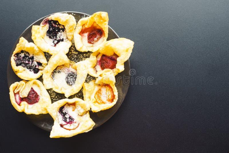 Heerlijke bundtcakes met aardbei, braambes en framboos stock foto's