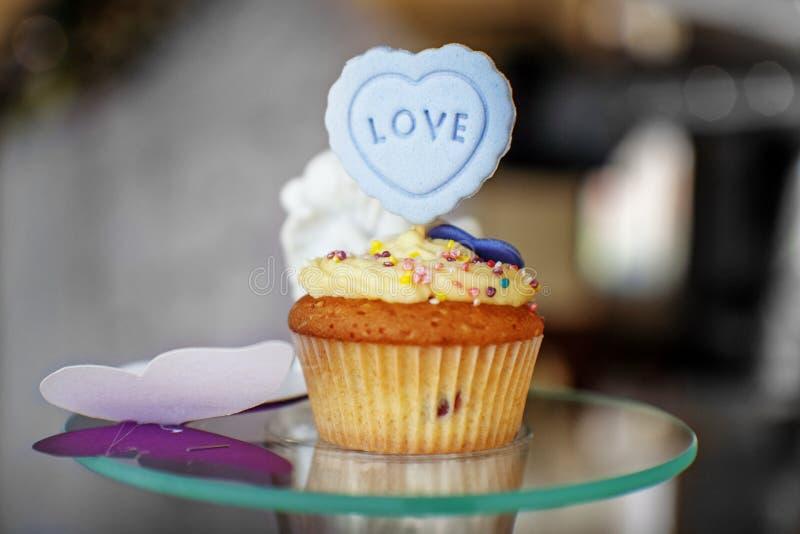 Heerlijke cake De inschrijving is liefde Het concept voedsel, pa stock afbeeldingen