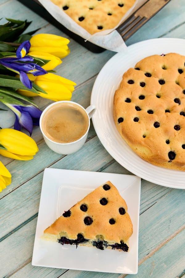 Heerlijke cake met bosbes en citroenaroma stock afbeeldingen