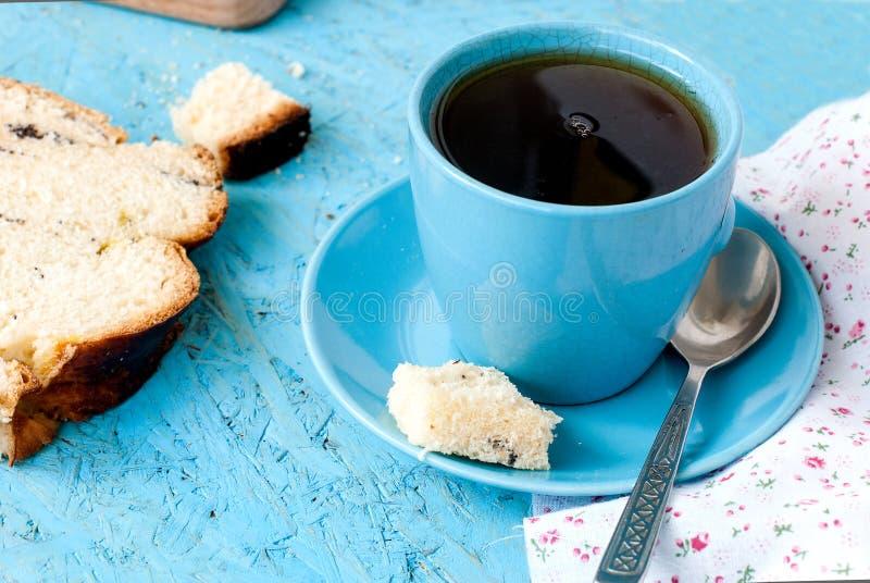 Download Heerlijke Cake Met Papaverzaden En Zwarte Theeclose-up Stock Afbeelding - Afbeelding bestaande uit narcotize, brood: 54082779