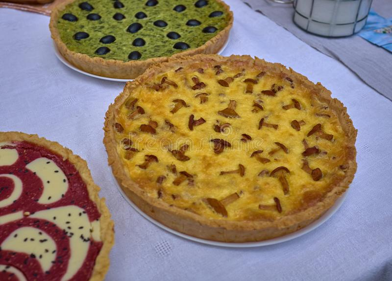 Heerlijke cakes met kaas en paddestoelen op een witte lijst royalty-vrije stock afbeelding