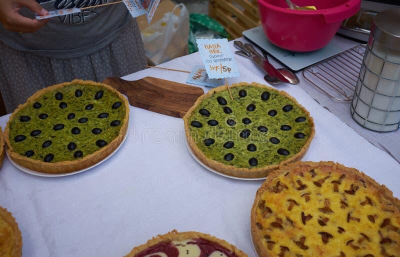 Heerlijke cakes met kaas en paddestoelen op een witte lijst royalty-vrije stock fotografie