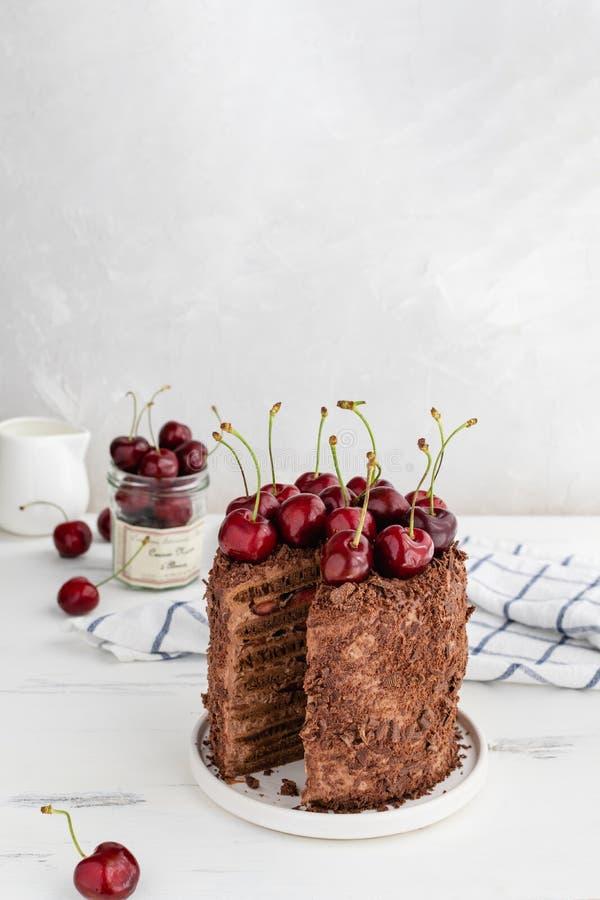 Heerlijke chocoladecake die met kersen, exemplaarruimte wordt verfraaid royalty-vrije stock foto's