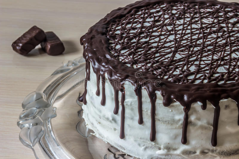 Heerlijke chocoladecake met romig room en chocoladesuikergoed stock afbeelding