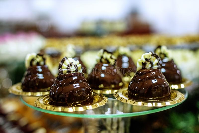 Heerlijke chocoladecakes op een glasdienblad Conceptenvoedsel, dessert royalty-vrije stock afbeelding