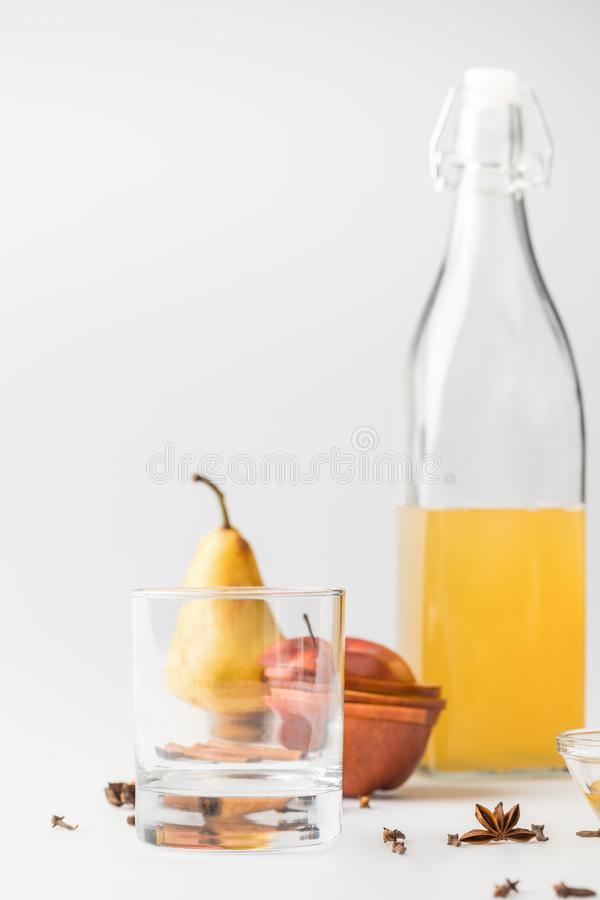 heerlijke cider in fles met glas en vruchten stock foto