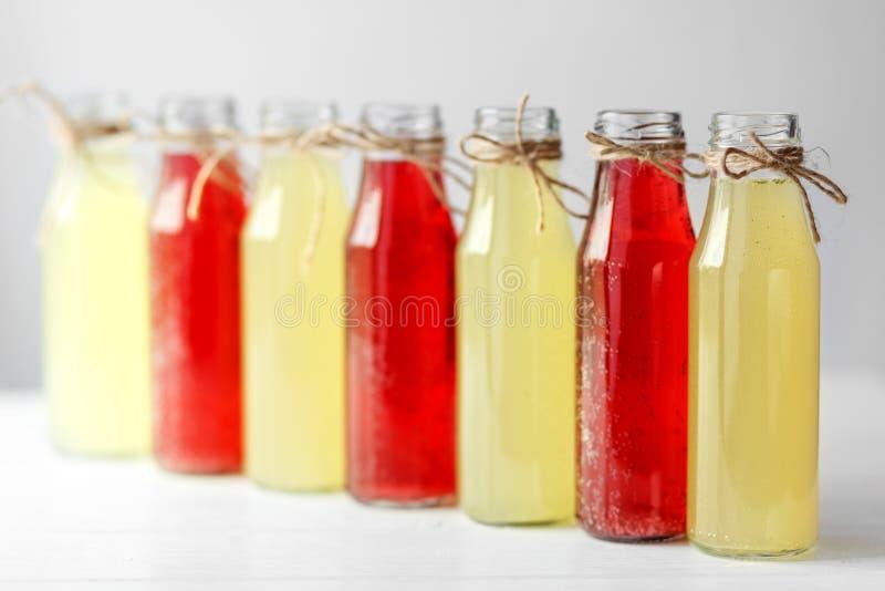 Heerlijke citrusvrucht en granaatappellimonade in glasflessen Concept dranken, de zomer, bar, rust, gezond voedsel stock foto's