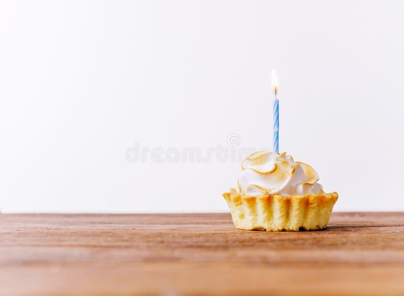 Heerlijke cupcake met kaars stock afbeeldingen