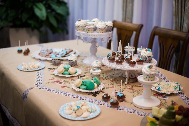 Heerlijke cupcake op lijst bij de verjaardagspartij van ` s van kinderen royalty-vrije stock foto