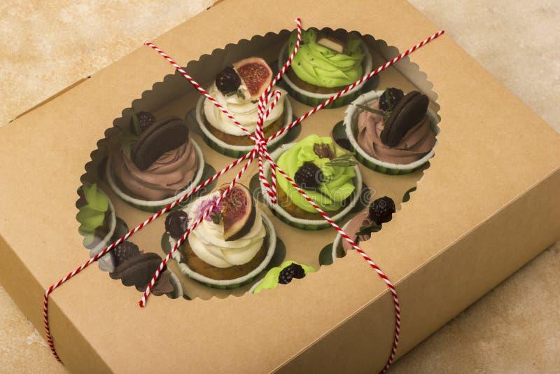 Heerlijke cupcakes in een doos Cupcakes met koekjes, fig., chocolade, marmelade stock afbeelding