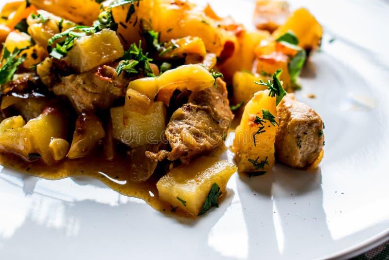 Heerlijke, de zomer smakelijke hutspot van groenten en vlees Een geurige en hete hartelijke schotel Verschillende interessante sm royalty-vrije stock foto