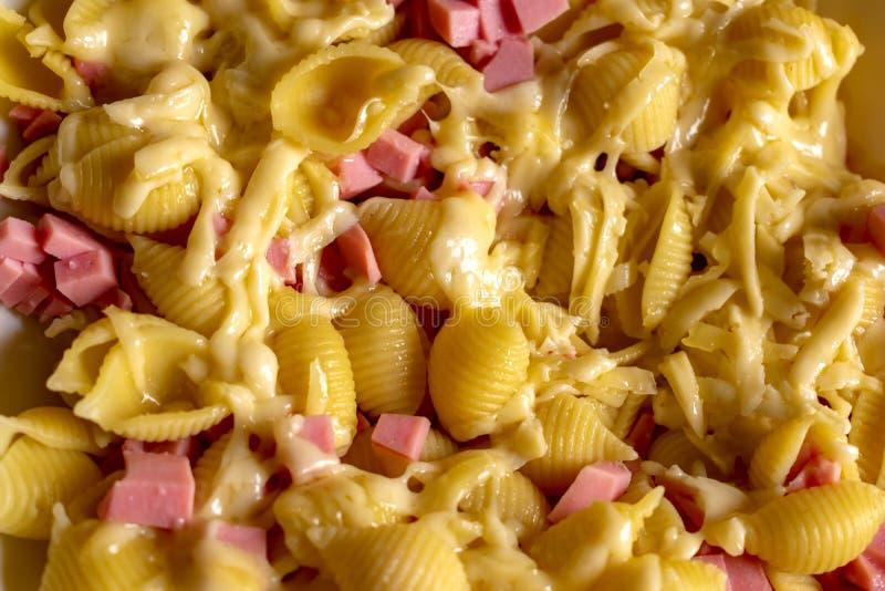 Heerlijke deegwaren met kaas en fijn - gehakte worst stock foto's