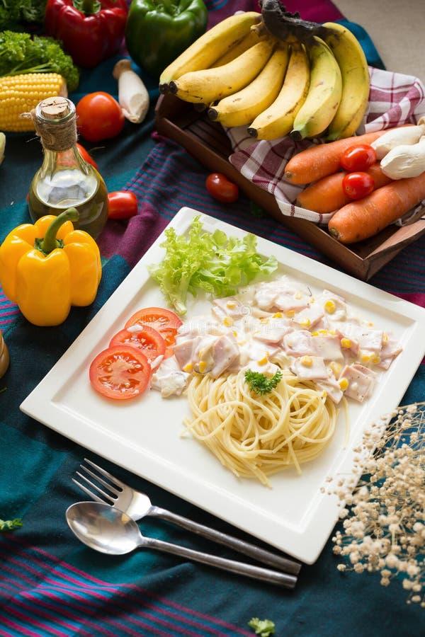 Heerlijke deegwarencarbonara met bacon en parmezaanse kaas in een witte pla stock foto's