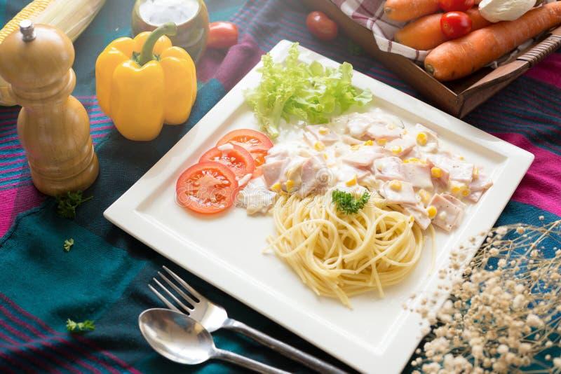 Heerlijke deegwarencarbonara met bacon en parmezaanse kaas in een witte pla stock afbeelding