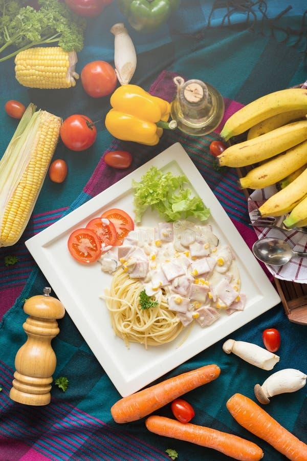 Heerlijke deegwarencarbonara met bacon en parmezaanse kaas in een witte pla royalty-vrije stock afbeelding