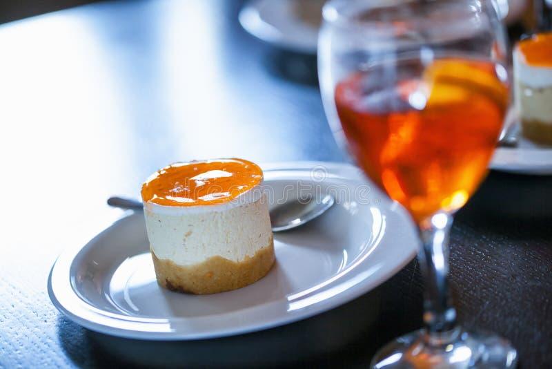 Heerlijke Dessert en Aperol Spritz royalty-vrije stock foto's