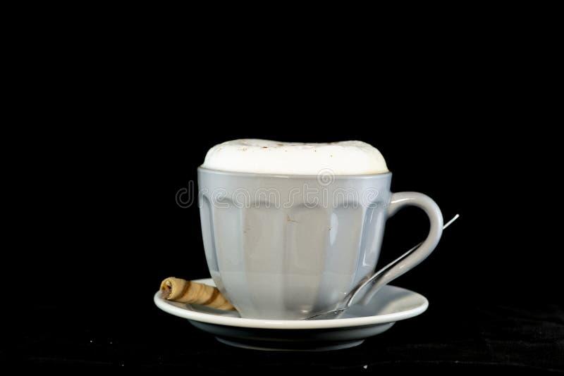 Heerlijke die Cappuccino met het wafeltjebroodje van de chocoladehazelnoot wordt gediend stock fotografie