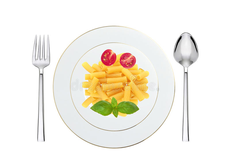 Heerlijke die deegwaren met tomaat en basilicum op plaat op wit wordt geïsoleerd stock fotografie