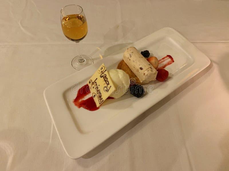 Heerlijke die desserts met zoete ijswijn worden gecomplimenteerd royalty-vrije stock afbeeldingen