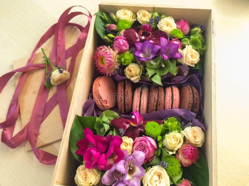 Heerlijke die macaron prachtig in een mand van bloemen wordt voorgesteld royalty-vrije stock foto's