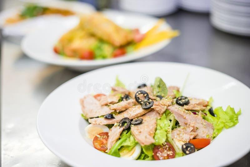Heerlijke die tonijnsalade op witte plaat wordt gediend stock foto's