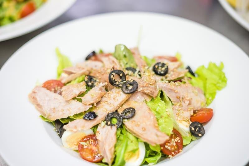 Heerlijke die tonijnsalade op witte plaat wordt gediend royalty-vrije stock foto