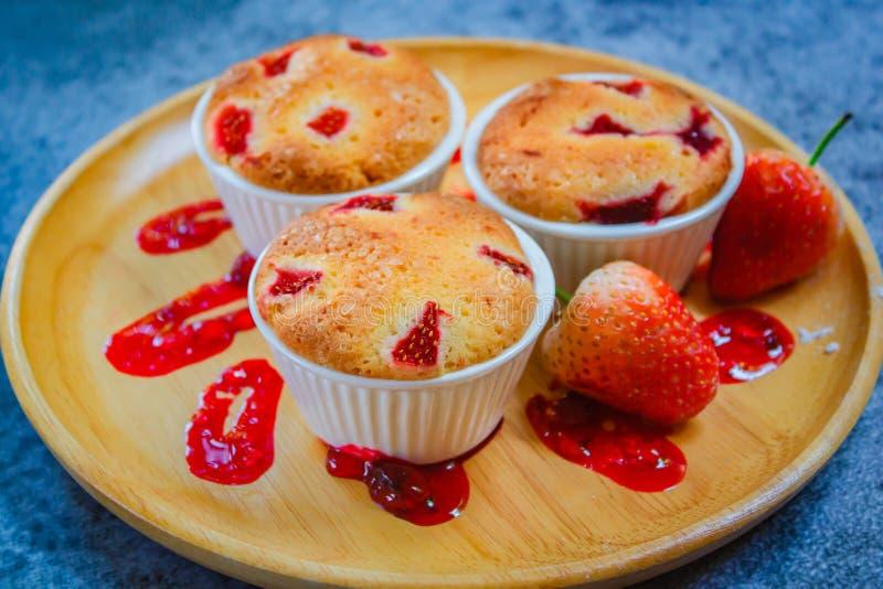 Heerlijke eigengemaakte aardbei cupcake stijl, Valentine-concept royalty-vrije stock afbeeldingen