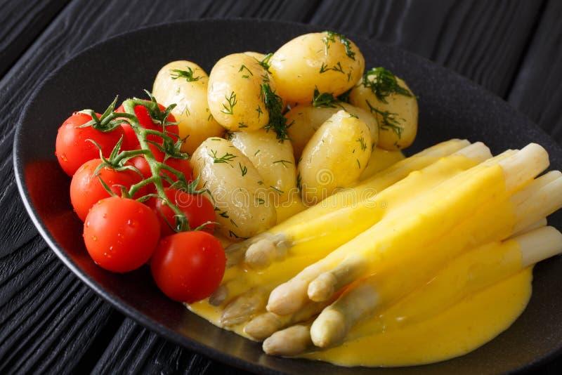 Heerlijke eigengemaakte asperge met Nederlandse saus, verse aardappels stock fotografie