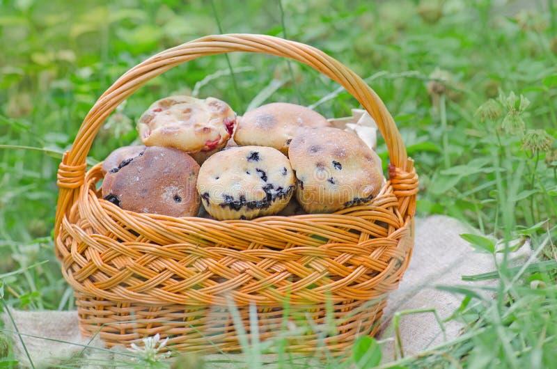 Heerlijke eigengemaakte bosbessenmuffins met bessen royalty-vrije stock afbeelding