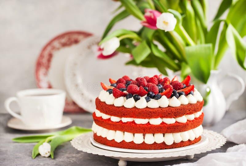 Heerlijke eigengemaakte rode die fluweelcake met room wordt verfraaid en fres stock foto's