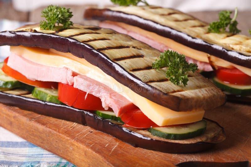 Heerlijke en gezonde auberginesandwich met ham en kaas royalty-vrije stock afbeelding