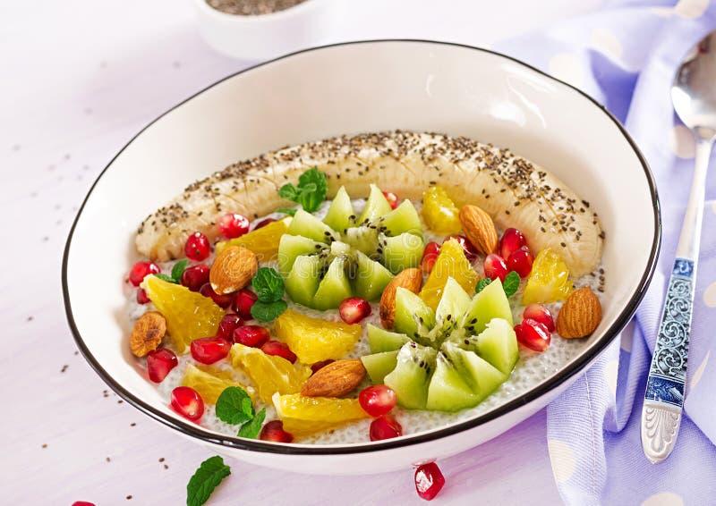 Heerlijke en gezonde chiapudding met banaan, kiwi en chiazaden stock afbeeldingen