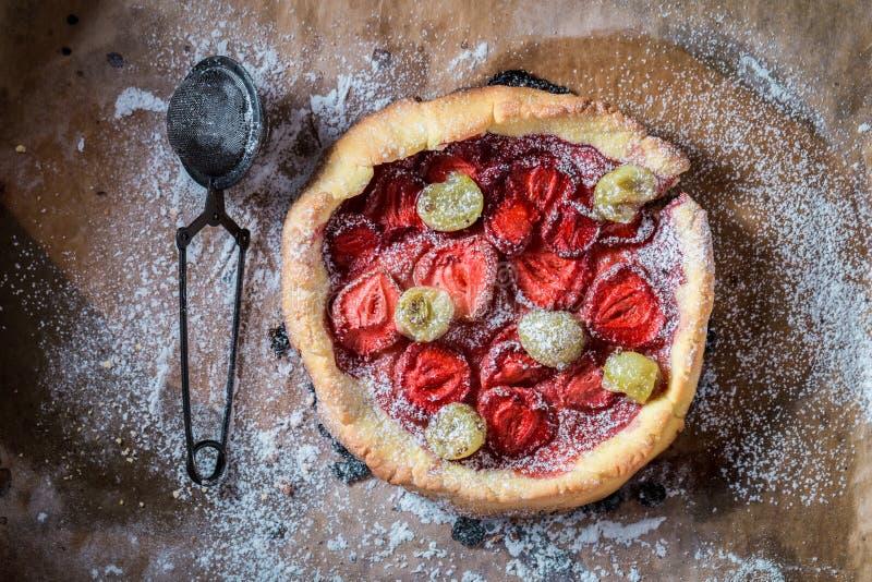 Heerlijke en knapperige scherp met poedersuiker en verse vruchten stock afbeelding