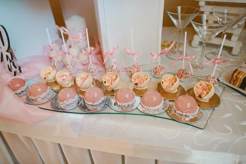 Heerlijke en smakelijke dessertlijst met cupcakes en schoten bij ontvangstclose-up Cateringsconcept royalty-vrije stock foto